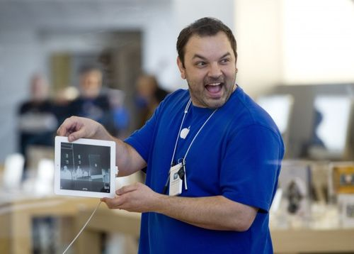Apple-employee-shows-ipad-2-chicago_15